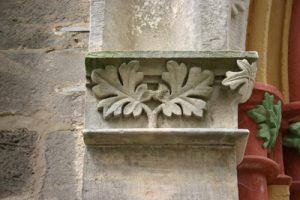 Dekoratives Detail des Kirchenportals